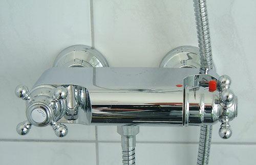 Montering af blandingsbatteri badeværelse
